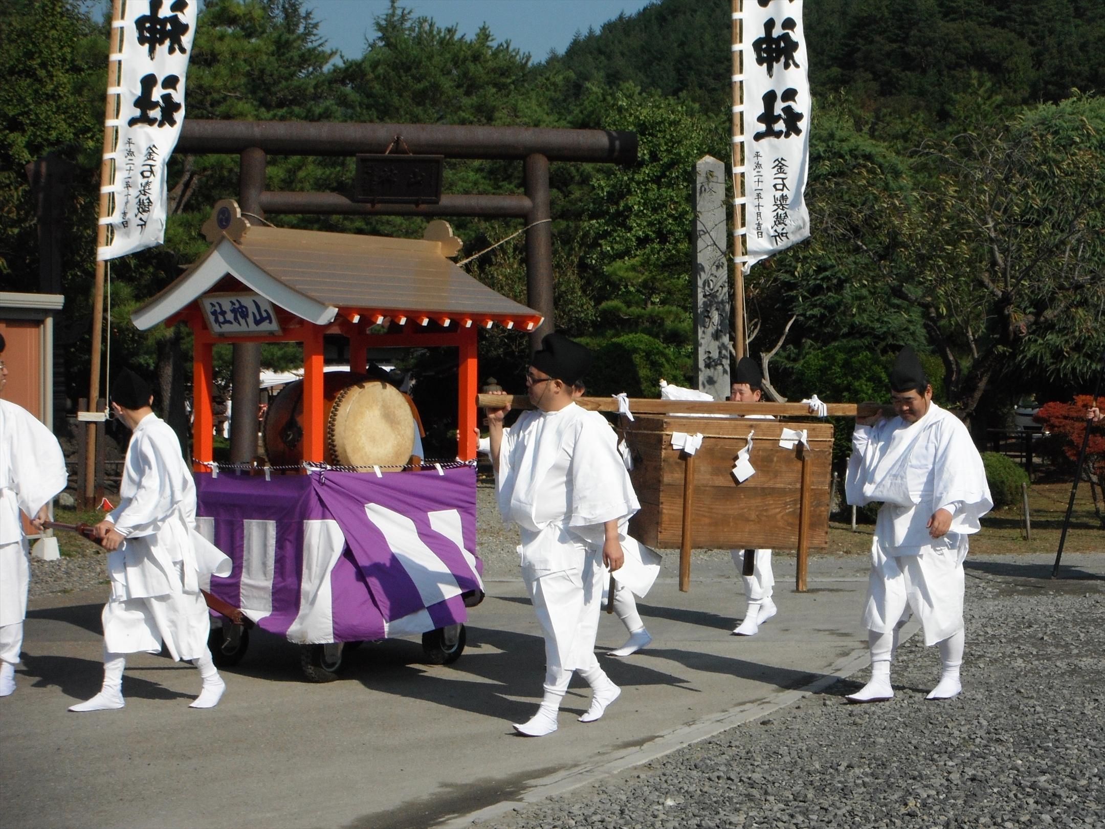 山神社から行列の出発